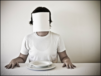 01 FACELESS, SIN ROSTRO At the Table, A la Mesa