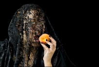 08 VEILS, VELOS Young Woman with Peach, La Joven del Durazno